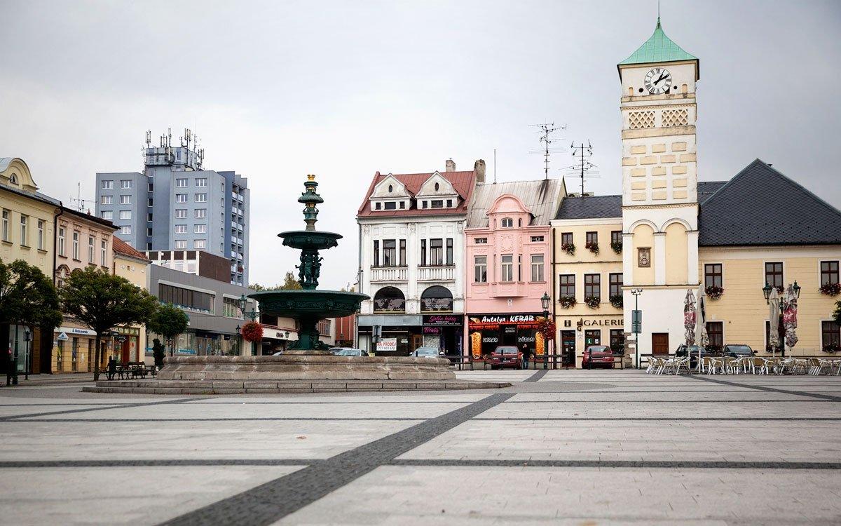 Význam Karviné v minulosti předurčovala strategická poloha na obchodní cestě z Uher do Pobaltí, která z města učinila obchodní, hospodářské i kulturní centrum celé oblasti. V 2. polovině 18. století se však v okolí města našlo černé uhlí a původní historické město zcela zaniklo.  Moderní Karviná vznikla po druhé světové válce sloučením města Fryštátu (centrum starého Fryštátu je dnes městskou památkovou zónou), původní Karviné (kvůli intenzivní těžbě uhlí dnes již neexistuje), Darkova (významné jodobromové lázeňské centrum), Ráje a Starého Města. | © Eva Kořínková