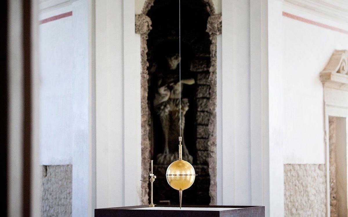 Rotunda by určitě neměla ujít vaší pozornosti. Vjejím nitru totiž najdete tzv. Foucaultovo kyvadlo, pozoruhodný přístroj, kterým se vpolovině 19. století podařilo prokázat rotaci Země kolem své osy. | © Eva Kořínková