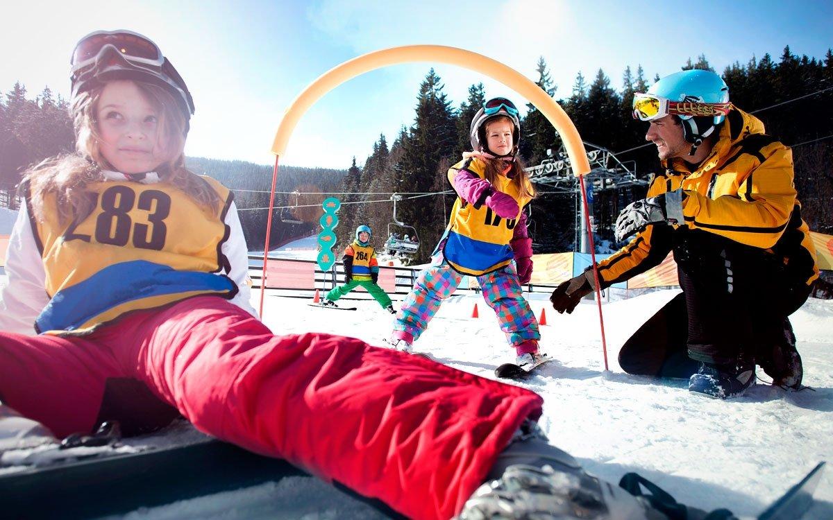 Zdejší skiareál ale není jenom pro slalomové závodníky. Najdete tu velký dětský ski park, zónu určenou pro bezpečnou výuku lyžování, která je zcela oddělena od provozu ostatních sjezdových tratí. | © David Marvan, archiv CzechTourism