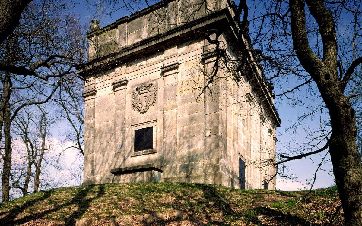 Mariánská zahrada je unikátní barokní komponovaná krajina, kterou na svém panství mezi Jičínem a Kopidlnem vytvořil František Josef Schlik se svou manželkou Annou. Na rozdíl od sousedního Valdštejnova díla je Mariánská zahrada skromnější, méně okázalá a více přizpůsobená zdejší přírodě. Skládá se z kostelíků, kaplí, zámků v Jičíněvsi a Vokšicích, ale též alejí, které je vzájemně propojují a vytvářejí v krajině zajímavé kompozice. | lesní kaple Loreta (chýše Panny Marie); z archivu regionu Český ráj