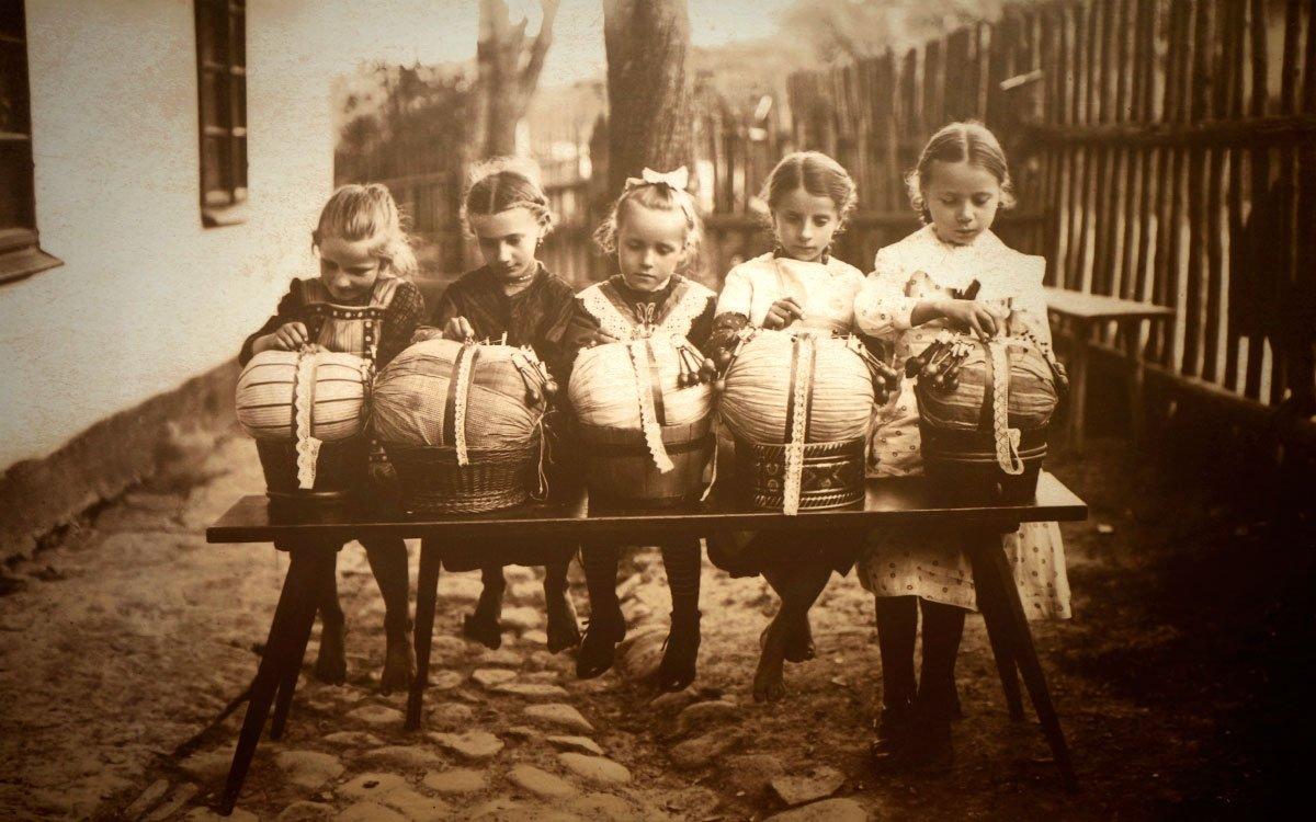 Koncem 17. století paličkovali ve Vamberku snad všichni. Magdalena Gramblová navíc zavedla paličkování jako robotní povinnost, čímž po dlouhém období válek dala mnoha lidem obživu. | © sius
