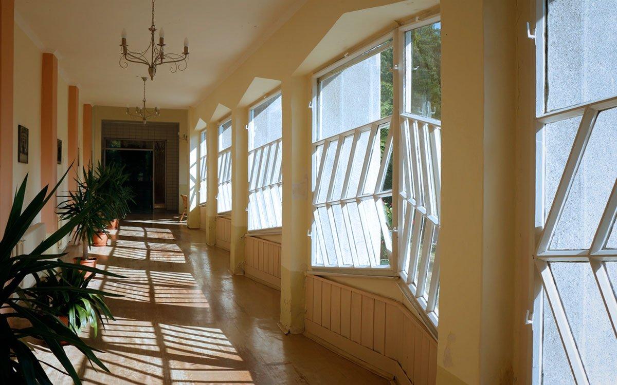 Zajímavým prvkem stavby je krytá kolonáda v přízemí s krystalicky zalamovanými okny. Stejně jako zbytek pavilonu je typickým příkladem tehdy moderního českého kubismu, který má význam v celoevropském měřítku. | © sius