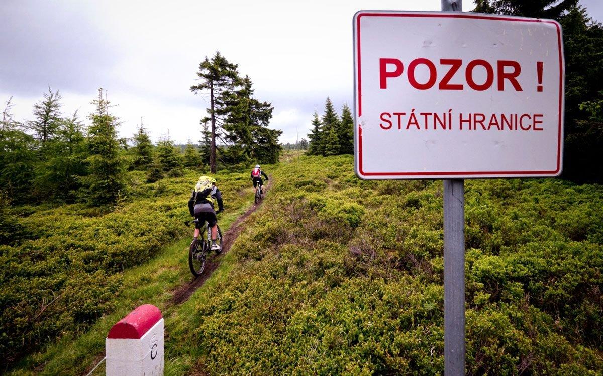 Terénní podmínky se zde liší od zbytku Rychlebských hor či Jeseníků. Množství žulových balvanů, skalek, zatopených lomů, hluboké bukové lesy – to vše vybízí k dobrodružné vyjížďce. Chcete-li zkombinovat adrenalin při jízdě na kole s radostí z objevování, nechte se inspirovat trasou cyklonadšenců z Trail busters a vydejte se na výpravu za zmizelými vesnicemi do bývalých Sudet. | © Petr Slavík, Trail-Busters