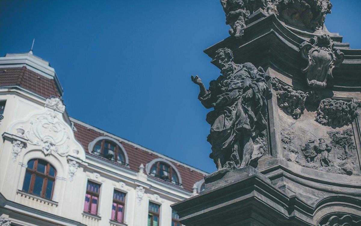 Při návštěvě Teplic rozhodně stojí za pozornost historické jádro města s několika kostely a morovým sloupem z let 1718-19. Jako poděkování za ušetření města morových hrůz jej nechal vztyčit tehdejší majitel teplického panství F. K. Clary Aldringer. Jaho autorem je barokní sochař Matyáš Bernard Braun a jde o jedno z jeho nejlepších děl. | © Petr Hricko