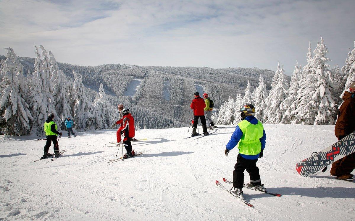 Pro začínající sjezdaře doporučujemesjezdovku Pod Šumnou, která se nachází v blízkosti lanové dráhy na Pustevnách. Zkušenější lyžaři mohou navštívitVelkou sjezdovku, která svými parametry uspokojí široké spektrum lyžařů. Náročnější lyžaři pak mohou využítsjezdových tratí Lokomotiva, Malá sjezdovka aPod Kolibou. Pro děti je k dispozici lanový vlek. Pro vyznavače snowboardingu je připraven oblíbenýsnowpark. | z archivu MSK