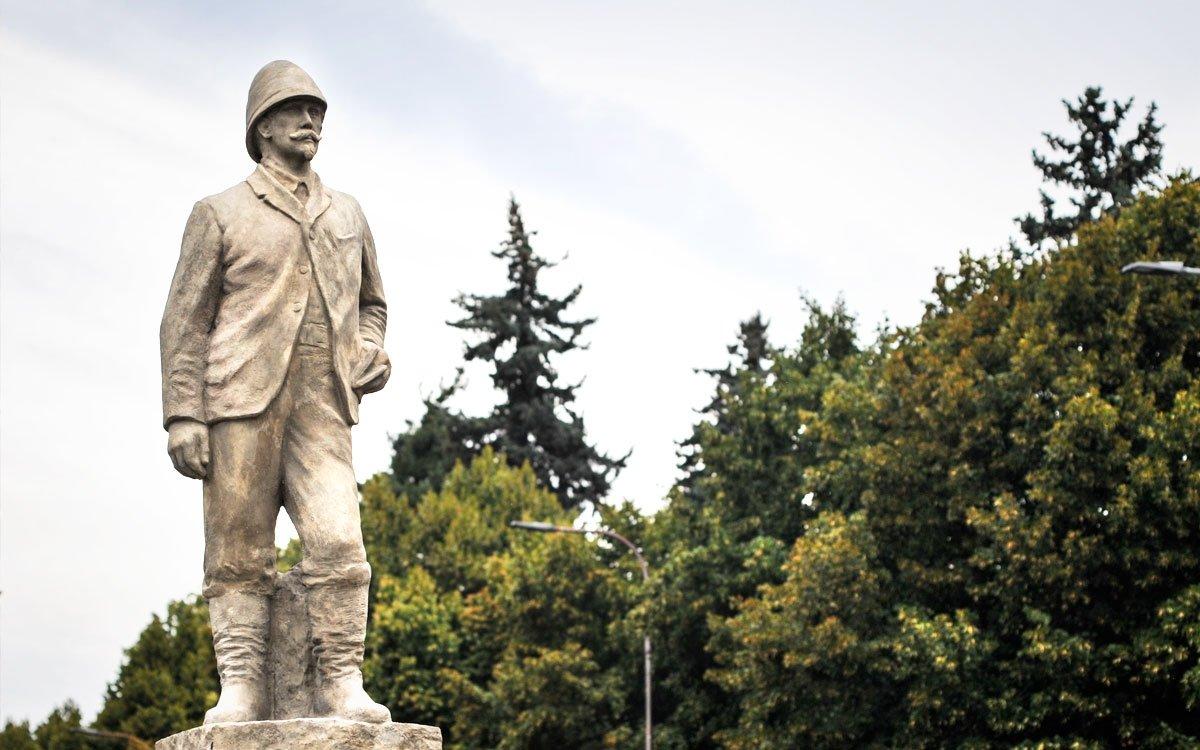 Svého významného rodáka si východočeské městečko váží. Roku 1949 byl odhalen cestovatelův pomník a v roce 1970 otevřeli v Holicích Africké muzeum Dr. Emila Holuba. | © René Volfík
