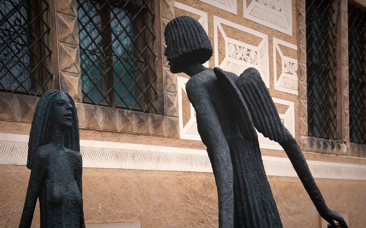 Rozsáhlé sklepení zámku je samo o sobě velice zajímavým prostorem. Velké sály s vysokými klenutými stropy působí majestátním, uklidňujícím dojmem a spolu s lehce záhadnými sochami Olbrama Zoubka nabízí návštěvníků neopakovatelný zážitek. | © sius