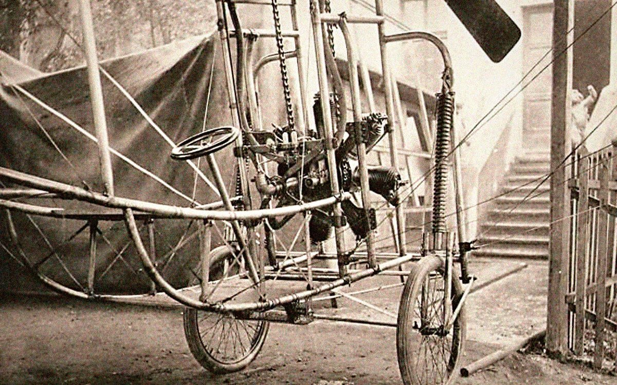 Plzeňsko je rájem technických památek a jejich objevování tu nebude brát konce. Další zajímavé informace z dějin aviatiky na vás čekají na naučné stezce Ludvíka Očenáška – neprávem opomíjeného vynálezce, který předběhl svou dobu při konstruování motorů, raket, vzducholodí i celých letadel.