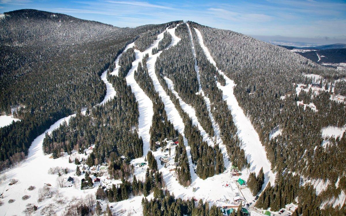 Svahy Špičáku nabízejí lyžařům mnoho tras různé obtížnosti. Pro zdatné lyžaře je tu ale jedna unikátní, kterou si budete pravděpodobně pamatovat ještě dlouho po dojezdu – sjezdovka Šance, nejprudší svah v České republice, se celkem třikrát zlomí přes horizont, aby terén ve střední části zmizel pod vašimi lyžemi v téměř 100% sklonu, obvykle obohaceném o několik pikantních boulí. | z archivu AHS