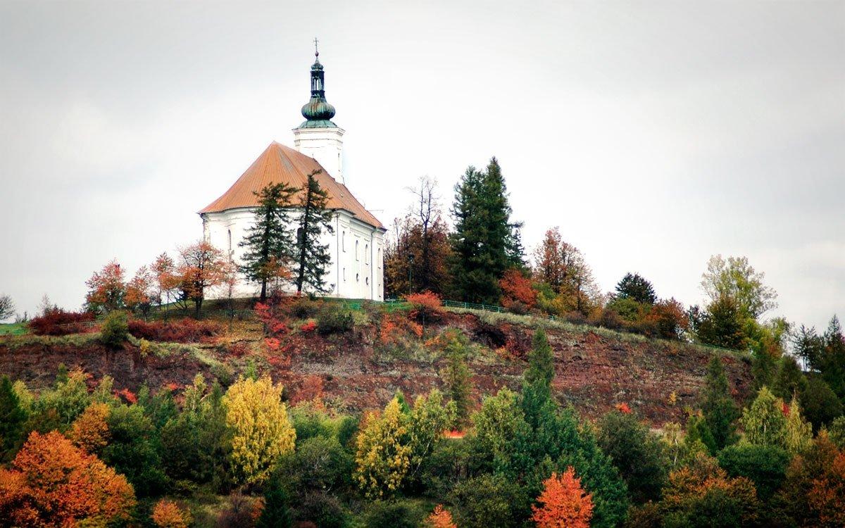 Nedaleko Bruntálu, na nejmladším českém vrchu sopečného původu, shlíží do kraje kostelík Panny Marie Pomocné, ke kterému vás dovede prastará lipová alej a také velice zajímavá křížová cesta.
