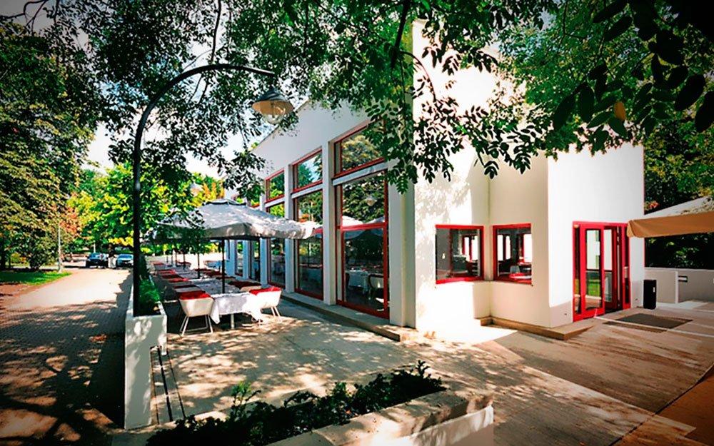 Roku 1925 vytvořil Bohuslav Fuchs, jeden z předních představitelů funkcionalismu, pro Josefa Zemana projekt kavárny. Šlo o první důsledně funkcionalistickou stavbu poválečného Československa, jejíž hmotu redukoval architekt na jednoduché kubické tvary, otevírající se do zeleně parku. Počátkem 60. let však musela znárodněná budova ustoupit výstavbě Janáčkova divadla a bylo rozhodnuto o její demolici. Na Zemanovu kavárnu ale Brňané nezapomněli, a tak od roku 1995 stojí kousek od původního místa její věrná kopie. | archiv Restaurant Pavillon; www.restaurant-pavillon.cz