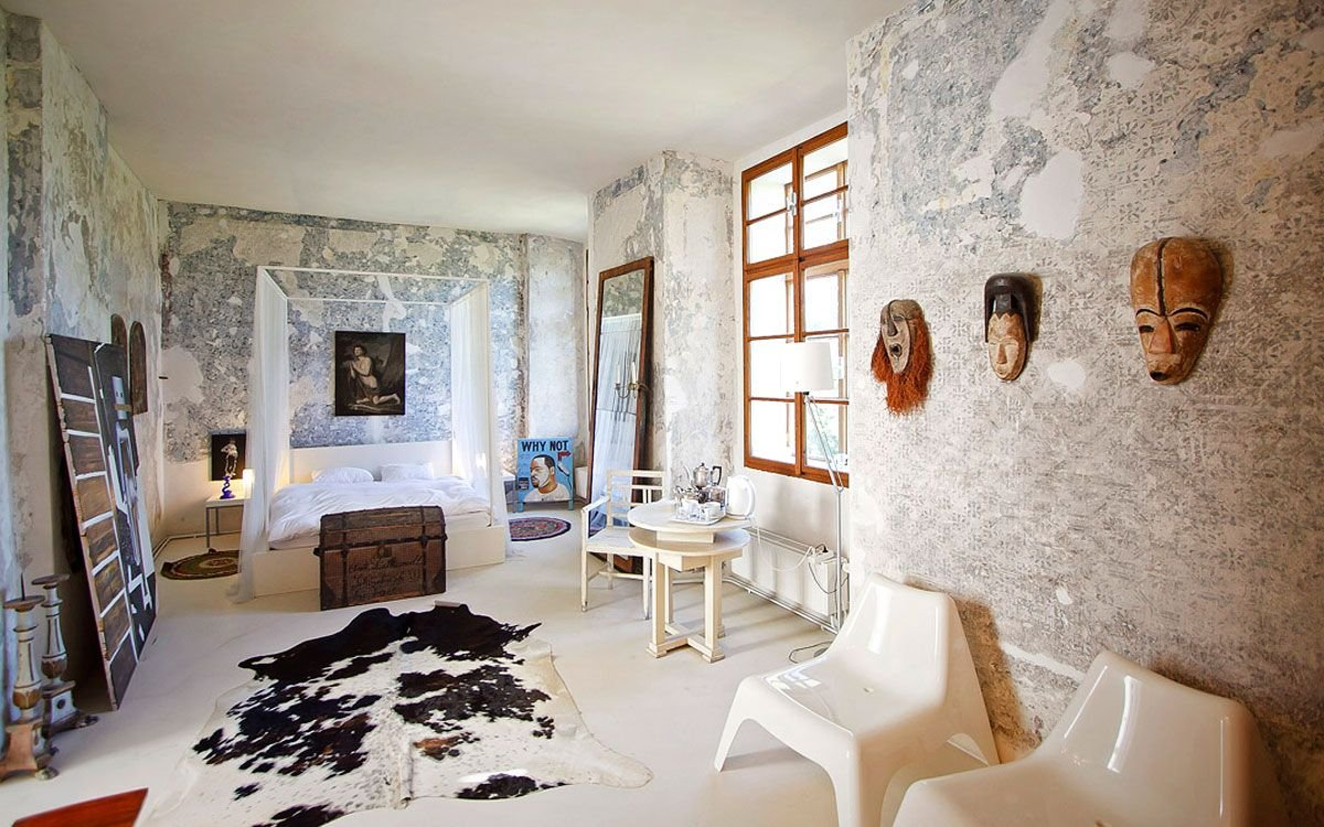 Na zámku naleznete pět odlišně zařízený pokojů. A rozhodně nečekejte klasické zámecké artefakty – vycpaná zvířata a paroží. Zdejší interiéry i exteriéry jsou totiž zařízeny výhradně tím nejlepším českým uměním. | archiv Chateau Třebešice