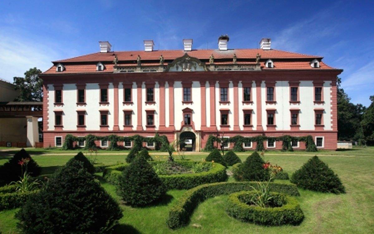 Návštěvníci kunínského zámku mohou dnes obdivovat barokní architekturu podle návrhu rakušana Johanna Lucase von Hildebrandta (jedinou zámeckou stavbu slavného architekta v Českých zemích), historické sbírky, zámeckou školu i krásnou zámeckou zahradu s velkolepými letními duby i zajímavými srůsty různých dřevin. | z archivu MSK