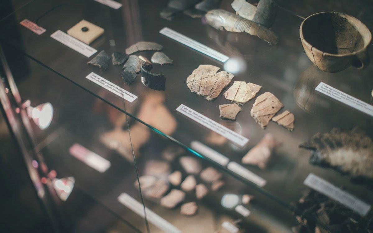 V budově zrekonstruované šatlavy je otevřeno muzeum, kde se dozvíte zajímavosti o využívání jeskyní a skalních převisů člověkem od pravěku až po 20. století (s důrazem na region severních a severovýchodních Čech).   © Petr Hricko