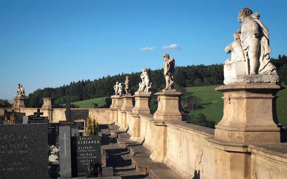 Na malém hřbitůvku ve Střílkách je více než dvacet nádherných barokních soch a někteří toto místo označují za malý Kuks východní Moravy. | © Jitka Slavíčková