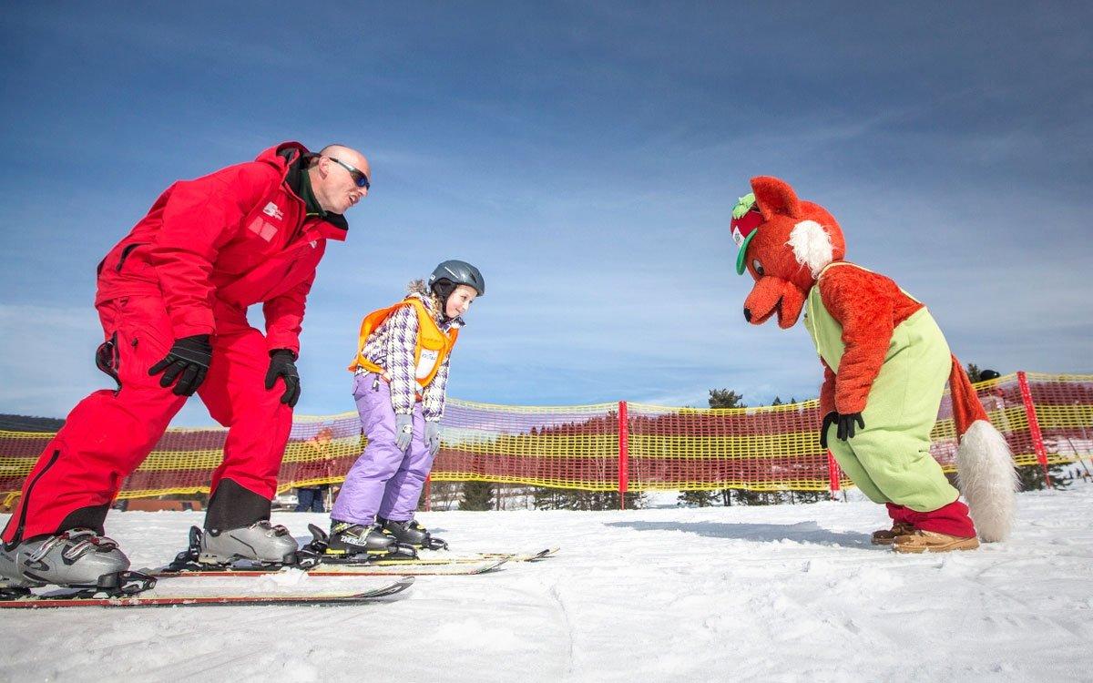 Jednou z největších specialit skiareálu Lipno je dětské výukové hřiště Fox park, které spolu s vedlejším Bambini parkem jsou největší výukovou plochou v Česku a patří ke špičce svého druhu. Hřiště je v provozu i při večerním lyžování a jeho část je v tuto dobu vyčleněna pro sjíždění na bobech či sáňkách, a to při umělém osvětlení. | z archivu skiareálu Lipno