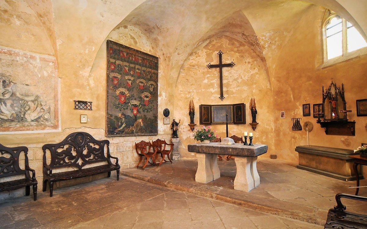 Hrad Kost je jedním z nejzachovalejších a zároveň posledních středověkých hradů v Česku. Legenda praví, že hrad dostal své jméno, protože nebyl dobyt a byl stejně tvrdý jako kost. Můžete si vybrat ze šesti prohlídkových okruhů, děti asi nejvíce ocení ten s názvem Z pohádky do pohádky s princeznou Karolínou, otrlejší návštěvníci mohou vyzkoušet prohlídku s katem Heřmanem. | z archivu regionu