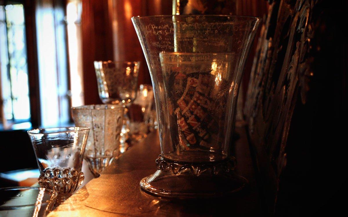 Zajímavým exponátem zámku je pohár o objemu 1,5 litru, do kterého Harrachové lili svým hostům na uvítanou víno. Kdo pohár zvládnul vypít celý, mohl na něj zvěčnit své jméno. | © sius