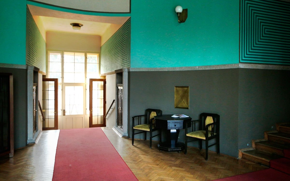 Po válce tu nezbylo zhola nic. Veškeré vybavení interiéru je sesbíráno v nejrůznějších aukcích dobového nábytku. Pokud byste o tom ale nevěděli, ani by vás nenapadlo, že interiéry nejsou původní. | © sius