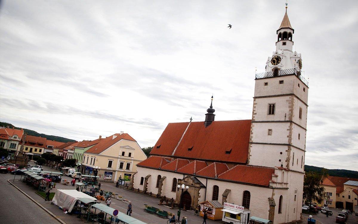 Za hezkého počasí doporučujeme vydat se za hranice města na některou z rozhleden nesoucích jméno známých rodáků. Na kopci Réna, kam od vlakového nádraží vede červená turistická značka, stojí už od roku 1930 rozhledna Alfonse Muchy. Vysoká je pouhé čtyři metry, čímž patří mezi nejmenší rozhledny v Česku – to ale nijak neovlivňuje parádní výhled, který se odtud otevírá na rovinatý kraj jižní Moravy. O něco dál je to na rozhlednu Vladimíra Menšíka, která se tyčí na kraji obce Hlína. Na jejím místě kdysi stávala nejstarší rozhledna v kraji a nová věž byla návštěvníkům zpřístupněna v roce 2007. | © Eva Kořínková