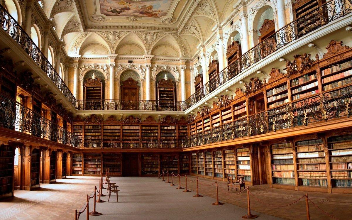 Nejzajímavějším místem celého kláštera je jeho knihovna, která čítá přes sto tisíc svazků a patří k nejstarším a nejvýznamnějším knihovnám České republiky. Obsahuje i řadu velmi vzácných rukopisů, středověké kodexy, prvotisky i četné odborné knihy v různých jazycích. Návštěva knihovny je součástí prohlídkového okruhu pro veřejnost. | Infocentrum města Karlovy Vary, © 2 M STUDIO, s. r. o.