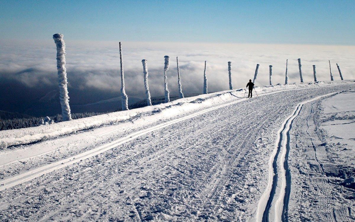Jedním z nejlepších způsobů, jak můžete provětrat své plíce, je vyrazit z lázní na běžkách po některé z udržovaných tras. Karlova Studánka představuje pro běžkování výhodný výchozí bod, protože se tu křižují trasy do Vrbna pod Pradědem, na Suchou Rudnou i do Malé Morávky.