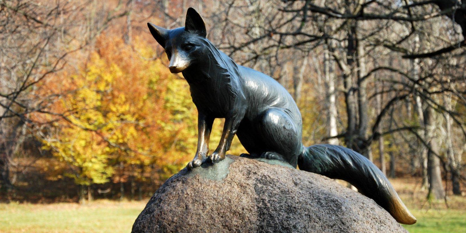 Socha lišky na Hukvaldech © ThinkstockPhotos