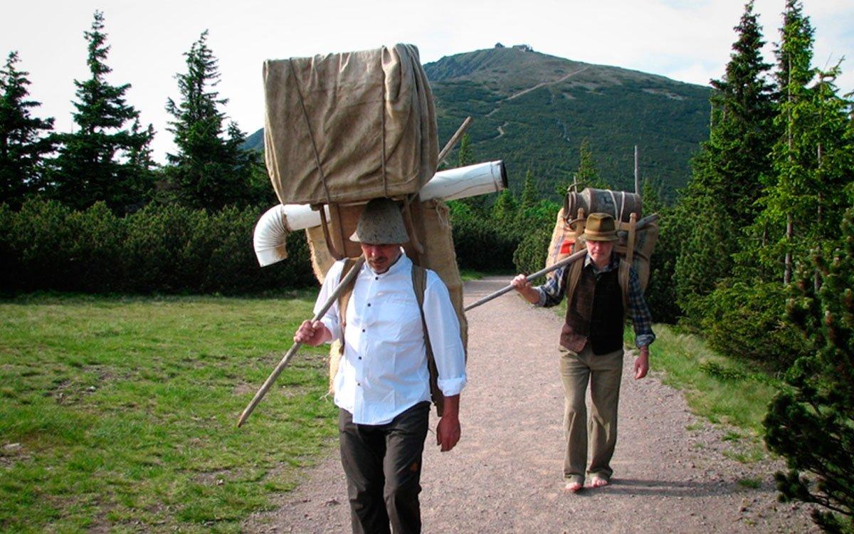 V hospůdce Horských nosičů ve Velké Úpě si můžete půjčit dřevěné krosny i s nákladem a vyzkoušet si výstup na Sněžku po cestě, kterou chodili horští nosiči na přelomu 19. a 20. století. A komu se nechce trmácet do kopce, může se svézt zbrusu novou kabinovou lanovkou na Sněžku, která přepravuje i lyže, sáňky, kočárky nebo psi. | © Petr Kobr, Hospoda horských nosičů SKLENÍK