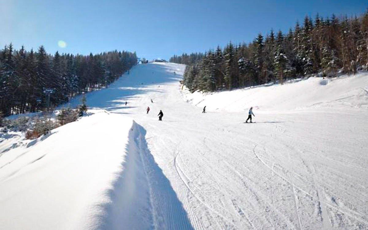 Lyžařský areál v Kohútce je oblíbeným lyžařským střediskem, vzdáleným ani ne hodinu cesty ze Zlína. Auto můžete nechat na jednom ze dvou parkovišť s kapacitou až tisíc vozů, takže se nemusíte bát, že se nevejdete. Parkování je navíc zdarma. Využít můžete samozřejmě i služby skibusu. | z archivu AHS