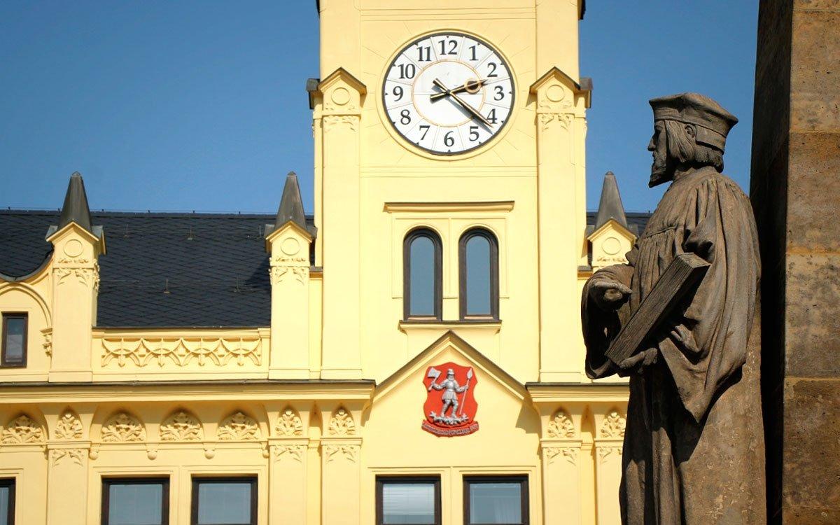 Zajímavý znak, který lomničtí získali za svou odvahu a oddanost králi, dnes zdobí i fasádu krásné lomnické radnice na Husově náměstí, postavené ve francouzském novogotickém stylu v roce 1862. | © sius