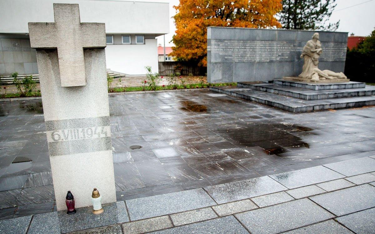 Nad hrobem nevinných obětí dnes stojí mohyla od sochaře a malíře Franciszka Świdera. Kní ještě v80. letech minulého století přibyl památník s muzeem, kde se můžete blíže seznámit spohnutými dějinami protinacistického odboje na Těšínsku. | © Eva Kořínková