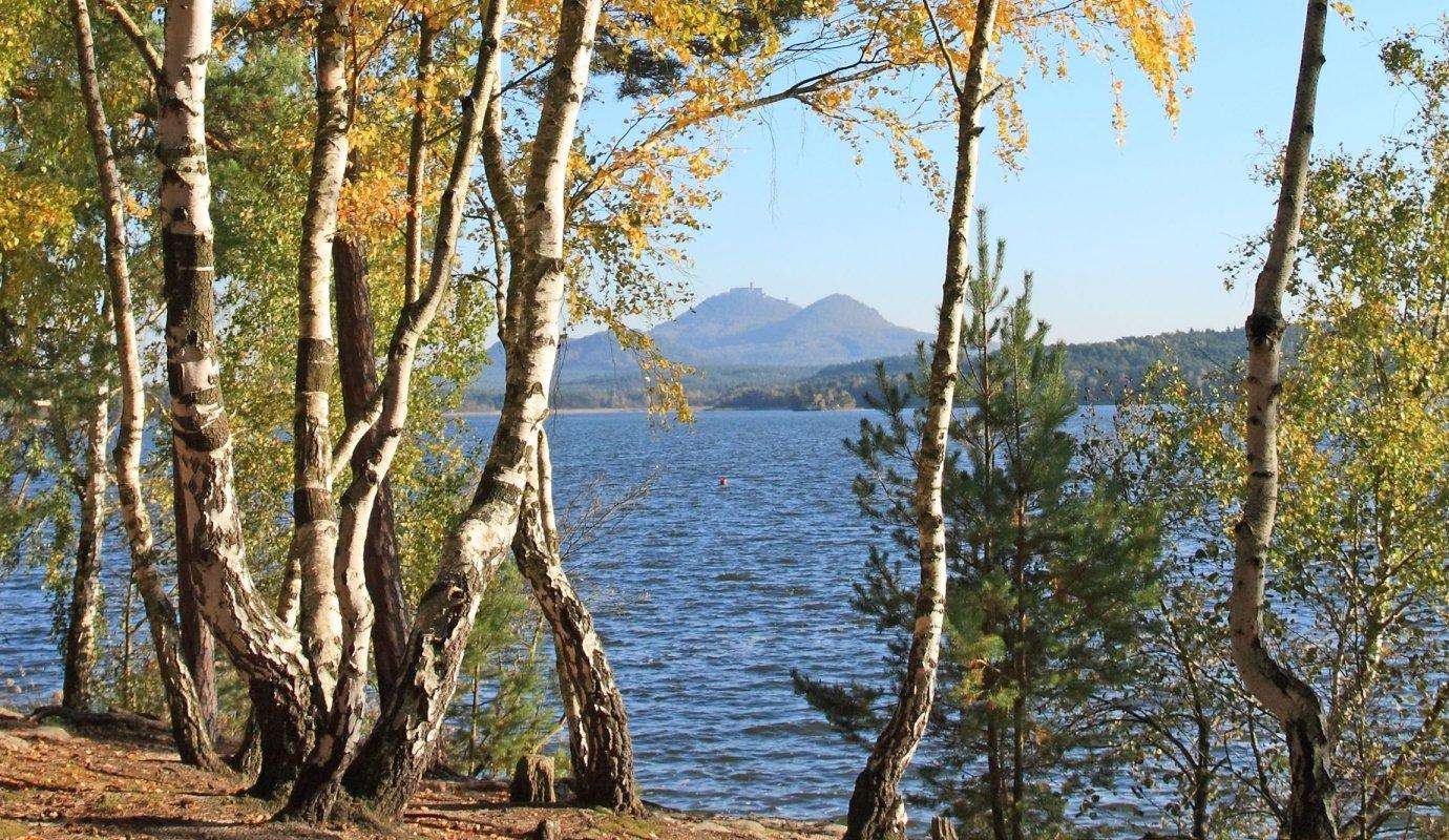 Máchovo jezero s pohledem na Bezděz  © Shutterstock