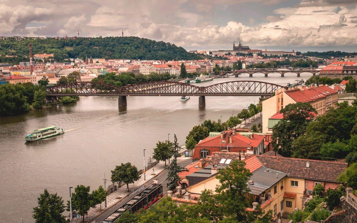 Kromě duchovních zážitků na vás na Vyšehradě čeká jeden z nejkrásnějších pražských parků s romantickými výhledy na panorama města. | © Dreamstime